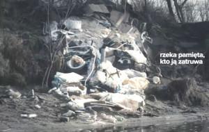 """Rzeka pamięta, kto ją zatruwa. Kampania wymierzona w """"wodnych śmieciarzy"""""""