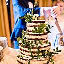 Naked cake, z jadalnym złotem czy ze świeżymi kwiatami? Wybieramy tort na wesele