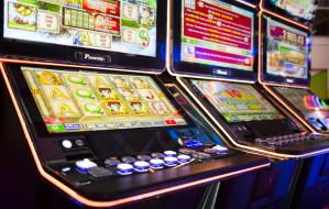 """Ostrzegali przed nalotami służb na """"kasyna"""" z automatami. 11 osób oskarżonych"""