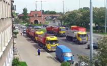 Ciężarówki zastawiają parking w centrum...