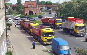 Ciężarówki zastawiają parking w centrum Gdańska i dokuczają mieszkańcom