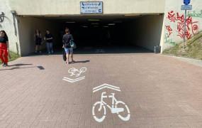 Można jechać rowerem w tunelu na Wzgórzu. Pojawiło się oznakowanie