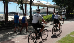 Policjanci na rowerach patrolują okolice plaż