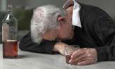 Dziadek się upił i zasnął. 2- i 6-latek rzucali przedmiotami z balkonu