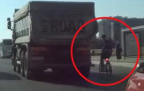 Pirat drogowy na rowerze uczepił się wywrotki