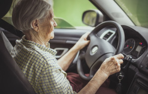 Pijana 81-latka za kierownicą. Wyrzuciła pustą butelkę po alkoholu