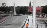 Biegacz przeskoczył most w Sobieszewie w trakcie opuszczania przęsła
