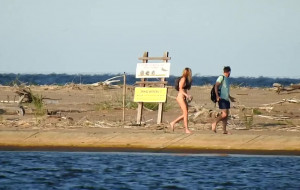 Turyści złamali zakaz wstępu do rezerwatu Mewia Łacha