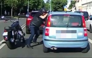 Zaatakował kierowcę przez uchyloną szybę