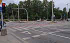 Piesi czekają, by kierowcy mogli skręcić w prawo