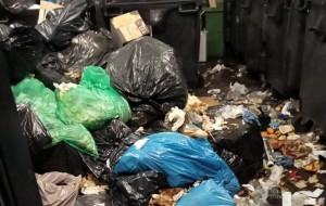 Wyrzucał śmieci na podłogę zamiast do kosza. Dostał 500 zł mandatu