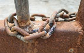 Zniszczyli bramę, by naprawić usterkę na torach