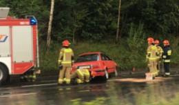 Pijany kierowca uderzył w skarpę, auto się przewróciło