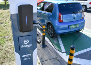 Stacje ładowania aut na ulicznych latarniach. Prototypowe urządzenia w Gdyni