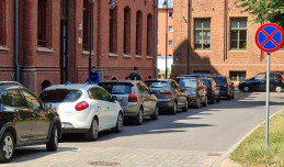 Parking pod urzędem płatny, więc petenci parkują pod oknami mieszkańców
