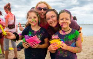 Skromne, ale barwne i wesołe Święto Kolorów na plaży w Sopocie