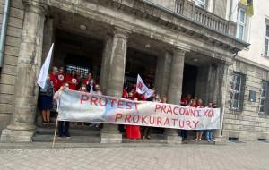 Pracownicy prokuratury protestują przeciwko zamrożeniu płac