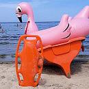 Dmuchane zabawki i porzucone deski surfingowe stawiają na nogi ratowników