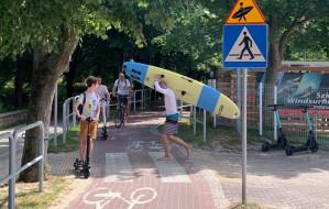"""""""Surfer i """"śpiący policjant"""" zamiast """"stopu"""" na drodze rowerowej w Sopocie"""