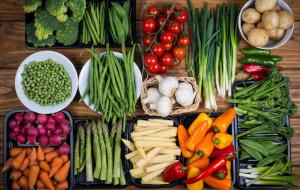 Sezonowe warzywa i owoce w diecie. Jak je wykorzystać?