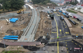 Pierwsze tory tramwajowe na budowie Nowej Warszawskiej