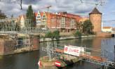 Powstaje tymczasowy mostek przez Motławę