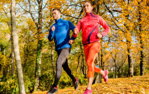 Strój do biegania jesienią. Co i za ile? Czy markowe znaczy lepsze?