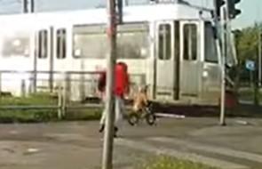 Dziecko na rowerku biegowym niemal wjechało pod tramwaj
