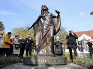 Pomnik Ireny Jarockiej już gotowy i odsłonięty