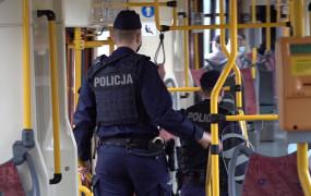Policjanci kontrolują noszenie maseczek w komunikacji miejskiej