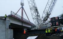 Żuraw podniósł 400-tonowy wiadukt