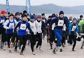 Biegali po plaży na międzynarodowo