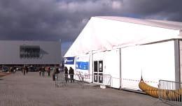 Wiatr uszkodził namiot targowy uczelni