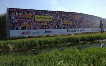 Ogromna reklama przy rafinerii. Lotos...