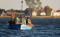 Pasjonaci patrolują rzekę i łapią kłusowników