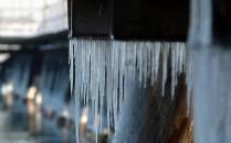 Śnieg i topniejące sople zagrażają ludziom...