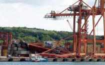 Zniszczona suwnica znika z portu w Gdyni