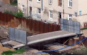 Kanał Raduni jak fosa. Mieszkańcy chcą odzyskać swoją kładkę