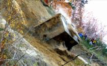 Historyczny bunkier zepchnięto z klifu do...