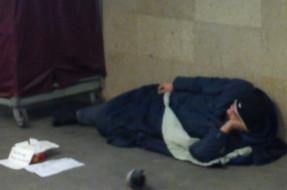 Apel: Nie dawaj jedzenia bezdomnemu