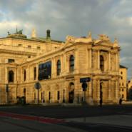 Claus Peymann opuszcza Bochum i jako dyrektor Burgtheater udaje się do Wiednia - czytanie