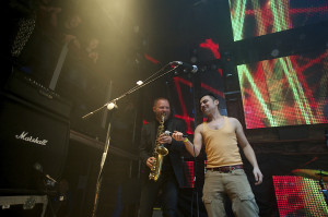 Jednym z najbardziej zaskakujących momentów było spontanicznie przyłączenie się saksofonisty Mikołaja Trzaski do duetu elektronicznego Dickie Dreams Soundsystem.