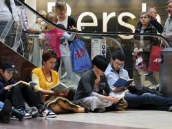 Miłośnicy książek mogą czytać w bardzo różnych miejscach, nawet w galerii handlowej (nz. podczas akcji Zjednoczenia Czytelniczego).