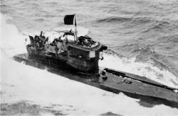 Poddający się niemiecki okręt podwodny wywieszał czarną flagę.
