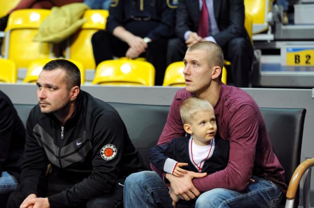 Przemysław Zamojski (z prawej) na razie na koszykówkę patrzy w roli kibica. Koszykarz trenuje w Gdyni, ale Trefl nie che mu pozwolić na odejście z Sopotu.
