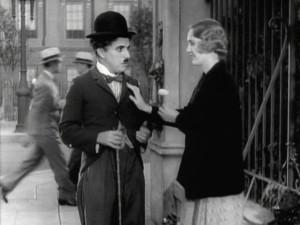 """Nad repertuarem, jaki wykonywali taperzy, a później kinowe orkiestry czuwała specjalna komisja zajmująca się ochroną praw autorskich. W związku z faktem, że Chaplin i Johnston bezprawnie wykorzystali piosenkę """"La Violetera"""" Jose Padilli Sancheza, robiąc z niej leitmotiv niewidomej dziewczyny sprzedającej kwiaty, wyrokiem sądu zmuszeni zostali do wypłacenia odszkodowania hiszpańskiemu kompozytorowi."""