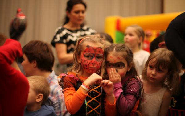 Malowanie twarzy podczas balu to jedna z atrakcji, które dzieci lubią najbardziej.