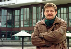 Oprócz troski o możliwie urozmaicony repertuar, Maciej Korwin od lat starał się o rozbudowę Teatru Muzycznego. Niestety, nie zdążył go otworzyć. Nz. przed siedzibą teatru w 1998 roku.
