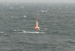 Boja wskazująca miejsce, w którym wrak promu Jan Heweliusz leży na dnie. To punkt o współrzędnych 54°36′00″N 14°13′00″E, znajdujący się na północ od Rugii.