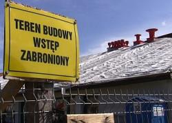 Remont dachu szkoły najpierw został wstrzymany na osiem miesięcy, a winą urzędnicy obarczyli wykonawcę. Sąd stwierdził, że nie mieli prawa.